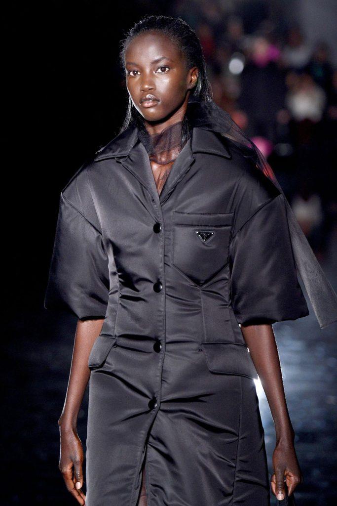 Primeiro modelo negra abrindo o desfile da Prada, desde 1997