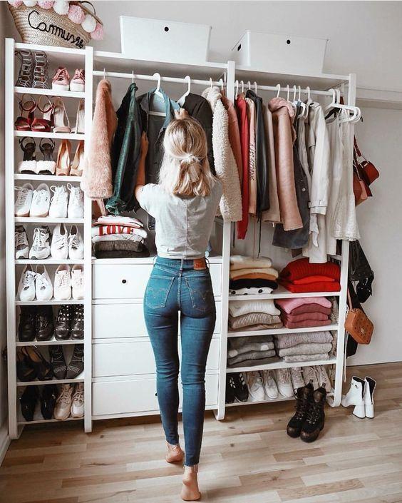 Aprenda a organizar um guarda-roupa cápsula