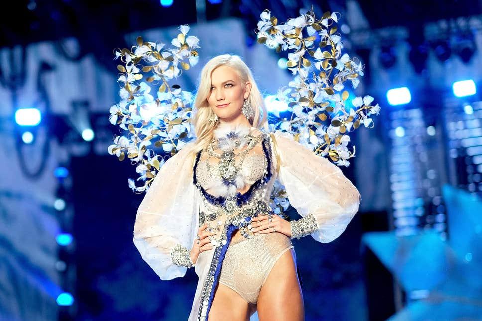 Ex-angel Karlie Kloss desfilando para a Victoria's Secret em 2017