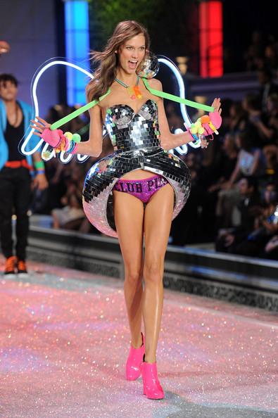 ex angel Karlie Kloss desfilando para a Victoria's Secret em 2011