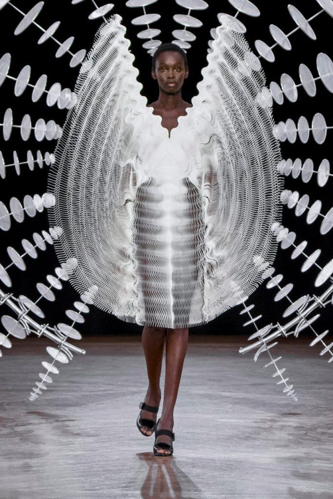 Modelo no desfile de alta-costura 2019 de Iris van Herpen