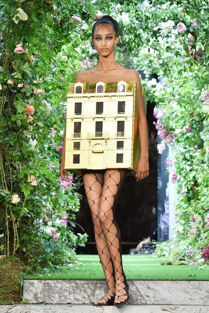 Modelo no desfile de alta-costura 2019 da Dior