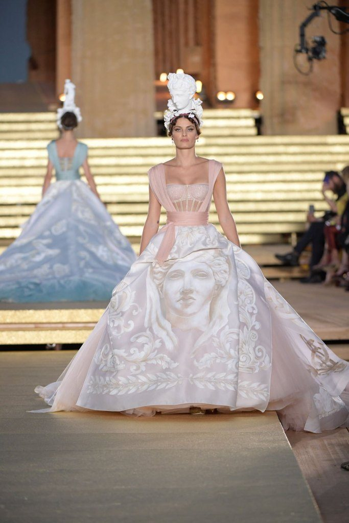 Isabeli Fontana desfilando com vestido inspirado na deusa Hera