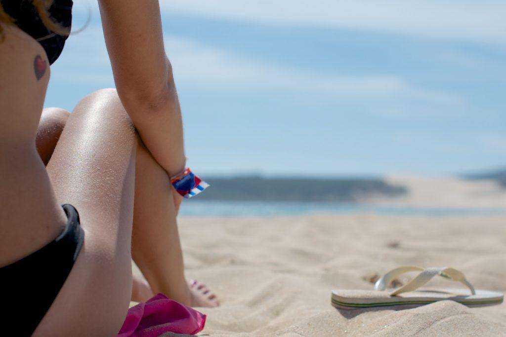 Passe protetor solar para se prevenir contra queimaduras e câncer de pele