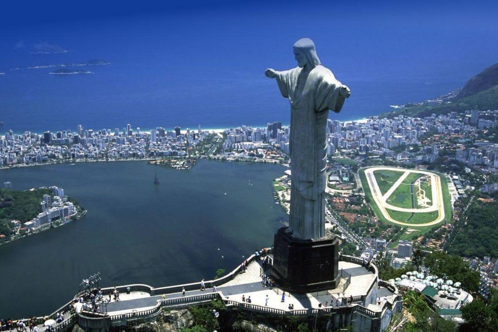 O Cristo Redentor é um dos lugares mais famosos para visitar no Rio de Janeiro