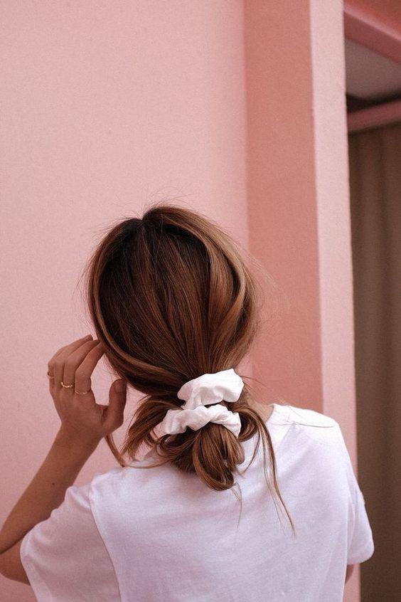 Os scrunchies são uma tendência de acessórios de cabelo muito famosa