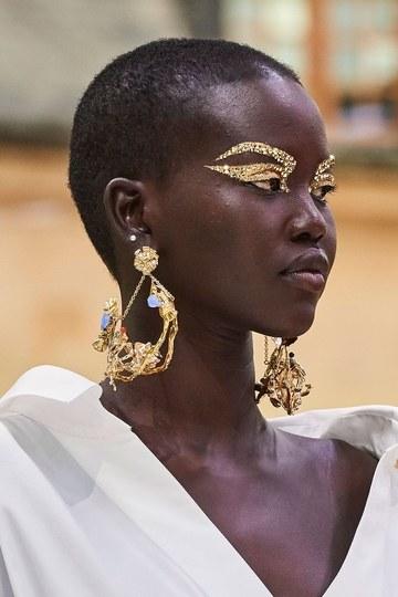 Os tons metálicos são uma das principais tendências de maquiagens das semanas de moda