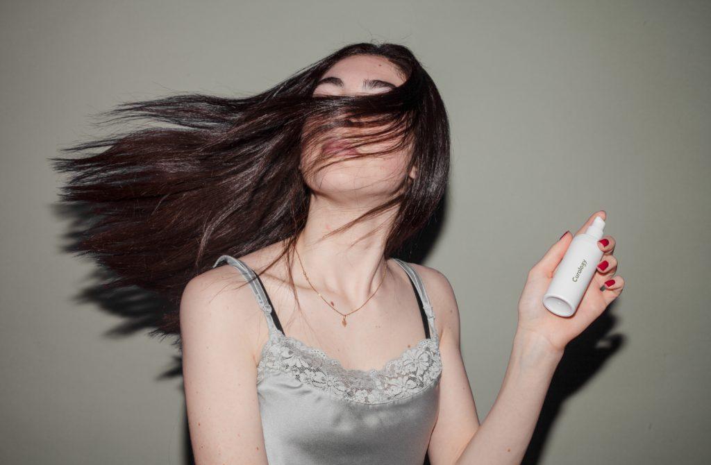 A hidratação é essencial para um cabelo naturalmente bonito