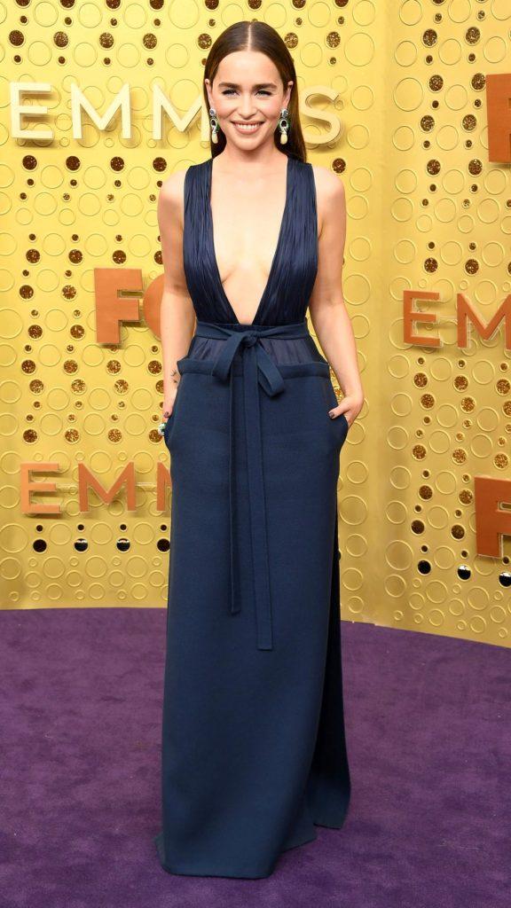 Emilia Clarke usou um dos melhores looks da premiação