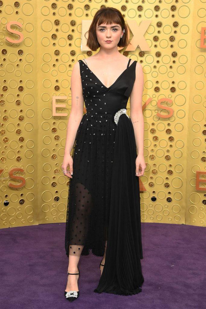 Maisie Williams com um vestido preto