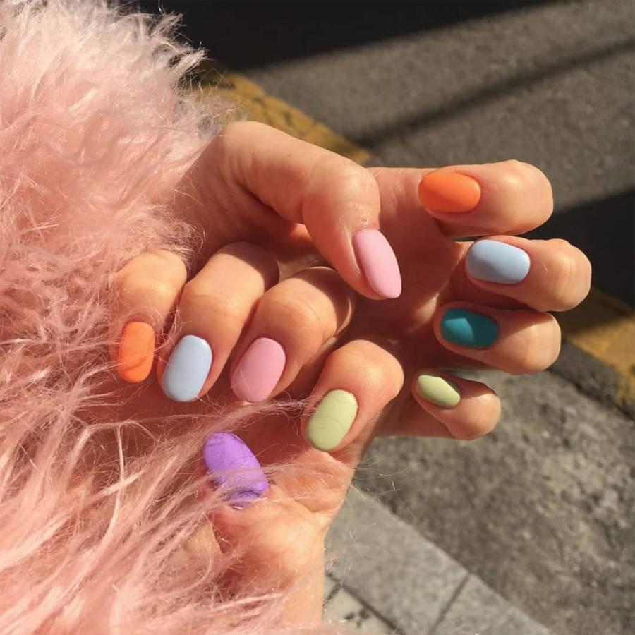 Unhas de cores diferentes são perfeitas para a primavera
