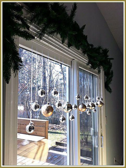 Uma cortina de bolinhas é uma decoração de Natal barata e simples