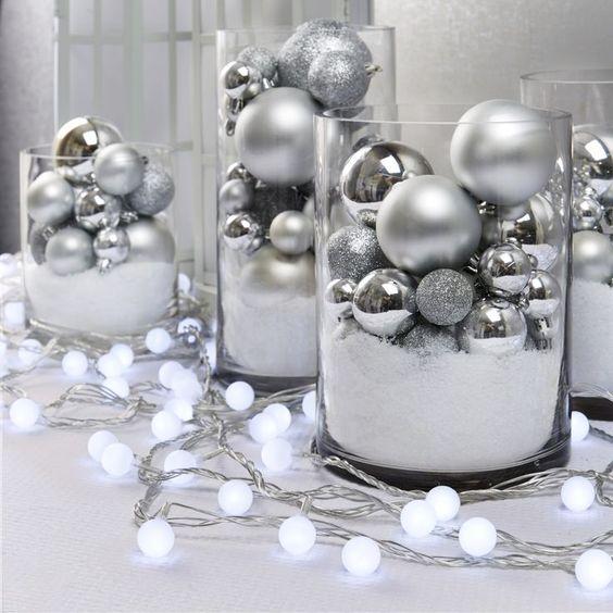 As bolinha de natal também servem como decoração dentro de vasos