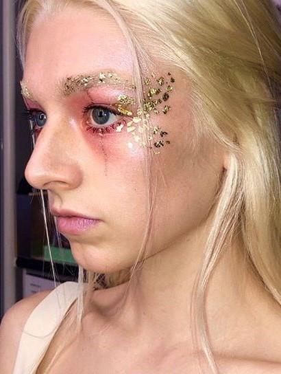 A folha de ouro cria uma maquiagem brilhante e elegante