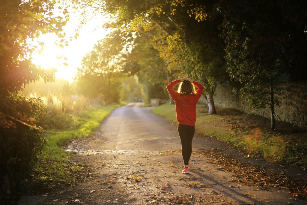 A caminhada relaxante é uma das técnicas simples de meditação