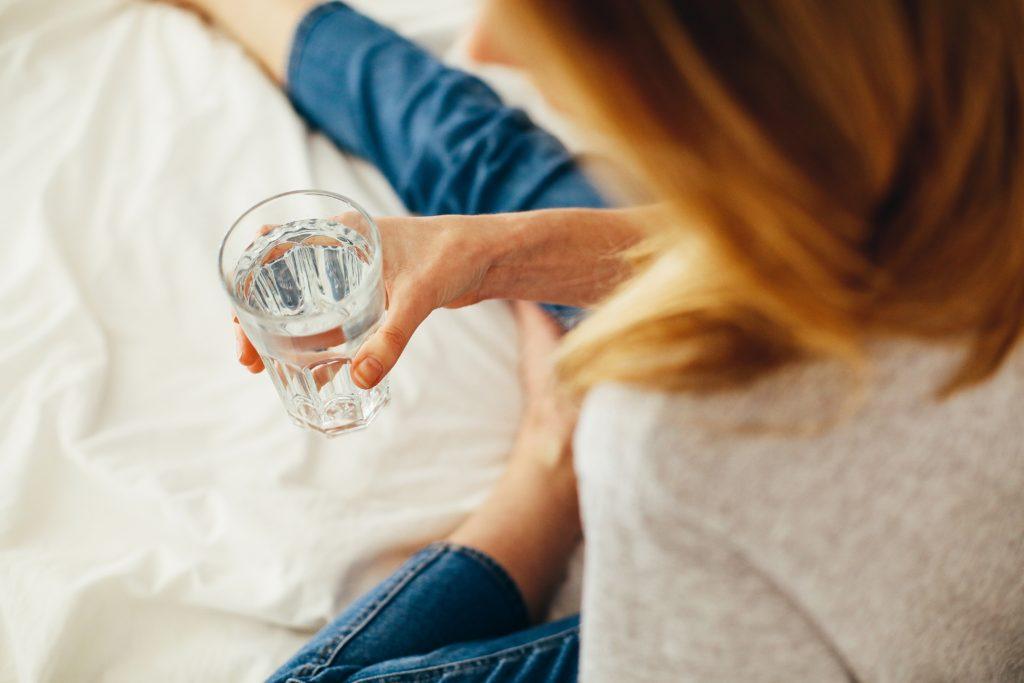 Beber água é um passo importante em como fortalecer a imunidade